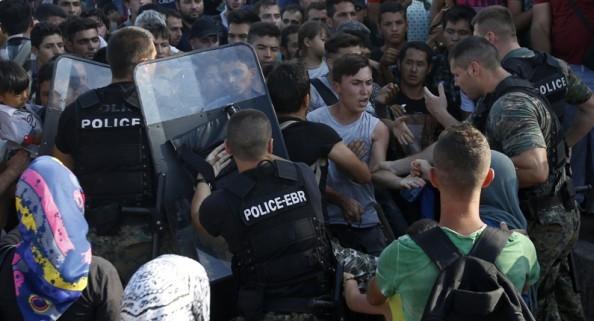 Drama u Makedoniji: Policija ispaljuje suzavac na migrante