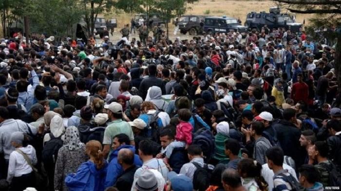 """Drama na makedonsko-grčkoj granici: Migranti probili kordon, hiljadu ljudi na """"ničijoj zemlji"""""""