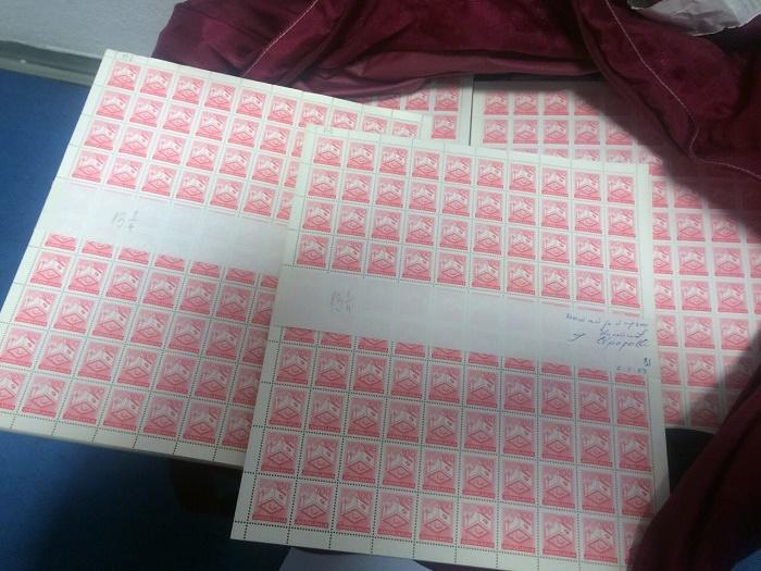 БАЊАЛУКА, 13. СЕПТЕМБРА /СРНА/ - Царински службеници Управе за индиректно опорезивање /УИО/ БиХ открили су у путничком аутомобилу на граничном прелазу Рача 360.000 комада поштанских маркица бивше СРФЈ.