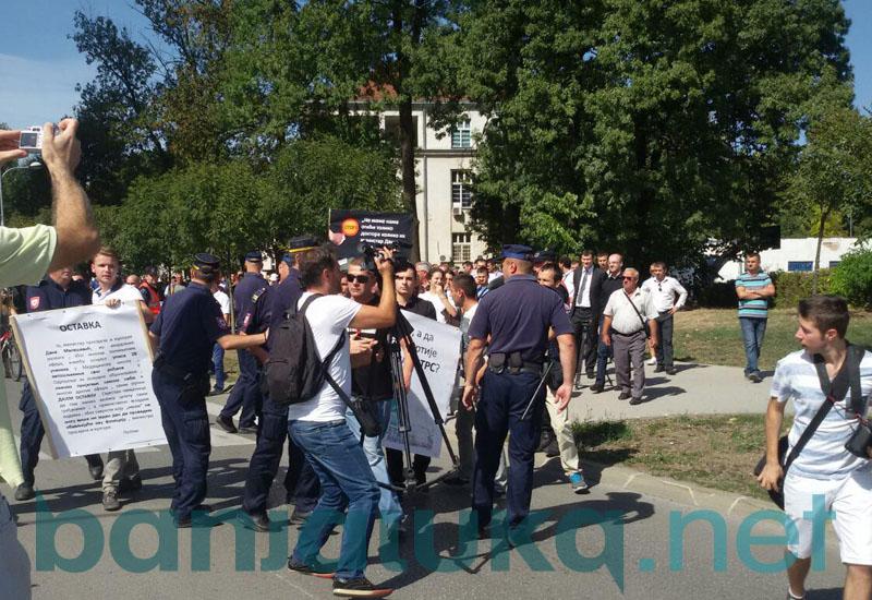 protesti ispred rtrs