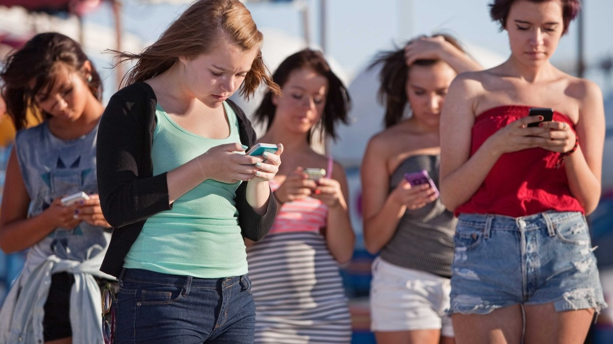 Posljednje provedeno istraživanje pokazalo je kako dio ljudi telefone provjerava svakih deset minuta, odnosno čak 85 puta dnevno. Kada bi vas neko pitao koliko vremena dnevno provodite koristeći pametne telefone, što biste odgovorili? Prema nedavno sprovedenom istraživanju sveučilišta u Nottinghamu, većina ljudi uopšte nije svjesna koliko vremena provode s mobitelom u ruci te im je pravu istinu otkrila aplikacija koju su u svrhu istraživanja instalirali na svoje telefone. Osobe između 18 i 33 godine koje su učestvovale u ovom istraživanju svoje su telefone provjeravali svakih deset minuta - bilo da su surfali internetom, koristili aplikacije, slušali muziku ili samo provjeravali koliko je sati, a dnevno su u ekrane pogledali čak do 85 puta. 'Zahvaljujući ovom istraživanju uspjeli smo objektivno izmjeriti koliko često ljudi koriste pametne telefone, a pri tome smo pitali ispitanike što oni misle koliko vremena dnevno koriste telefone', komentarisala je dr. Sally Andrews rezultate ovog istraživanja te se pokazalo kako većina ljudi provodi dvostruko više vremena s telefonom u ruci nego što to misle. Uzimanje telefona u ruku i provjeravanje mailova, društvenih mreža ili čitanje vijesti na malim ekranima mnogima je toliko ušlo u naviku da više nisu niti svjesni koliko često koriste telefone, odnosno da su postali zavisni o ekranima. Također, ovo je istraživanje pokazalo kako telefone češće provjeravano popodne i naveče, nego ujutro i po noći, pri čemu često samo kratko provjerimo početni ekran, odnosno pogledamo imamo li propušten poziv, primljenu poruku ili mail tako da više od polovine puta telefon koristimo tridesetak sekundi ili manje. Ovo nam istraživanje, naravno, nije donijelo neke nove informacije te nam je itekako jasno koliko smo s vremenom postali ovisni o mobilnim uređajima, ali ipak nam je pokazalo koliko vremena otprilike provodimo s mobitelom u ruci. Dio ljudi postao je toliko ovisan o telefonima i željom za konstantnim pristupom informacijama te, u slučaj