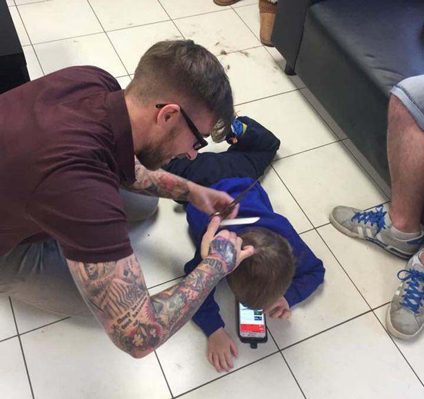 Frizer autisticni djecak
