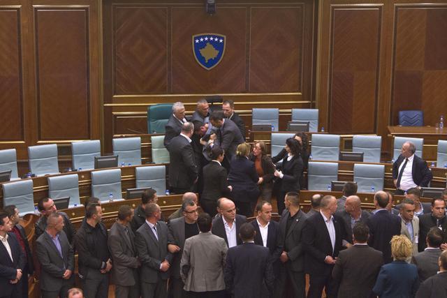 Ponovo suzavac i biber sprej u skupštini Kosova