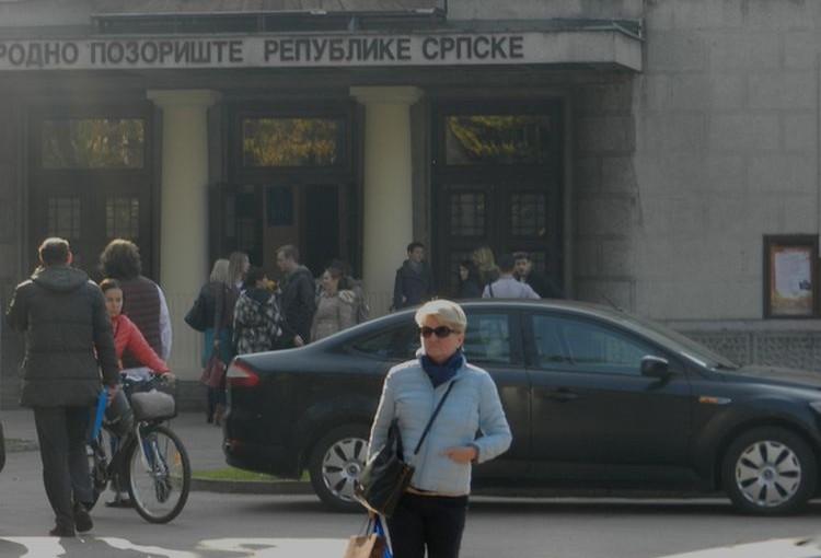 (FOTO) Baš akademski: Limuzine zakrčile ulaz u Narodno pozorište