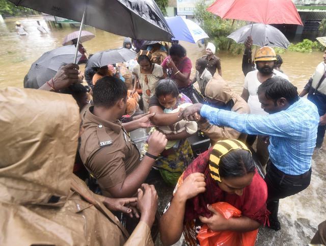(FOTO) Indija: Poplave blokirale aerodorm, 200 mrtvih…