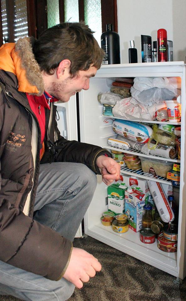 Prvi put u životu pred punim frižiderom (konačno je dobio i frižider).