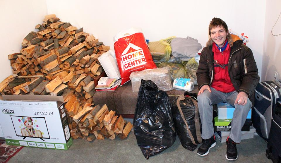 Sa paketima pristiglim juče i danas i kraj drva koje je dobio i smjestio u kuhinjicu, blizu šporeta.
