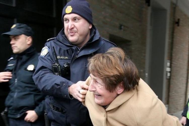 Prelazak ulice policajac