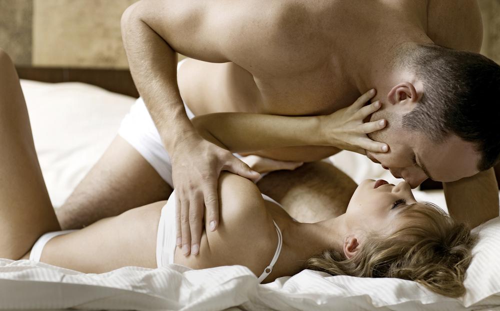 seks zaljubljeni par vodi ljubav u krevetu