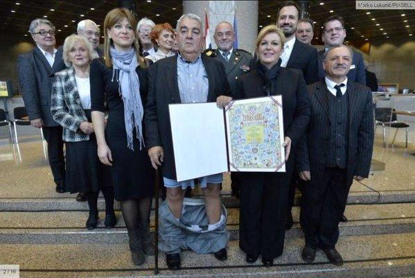 (FOTO) Hrvatskom političaru spale pantalone dok se slikao sa Kolindom