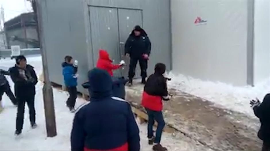 policajac grudvanje izbjeglice
