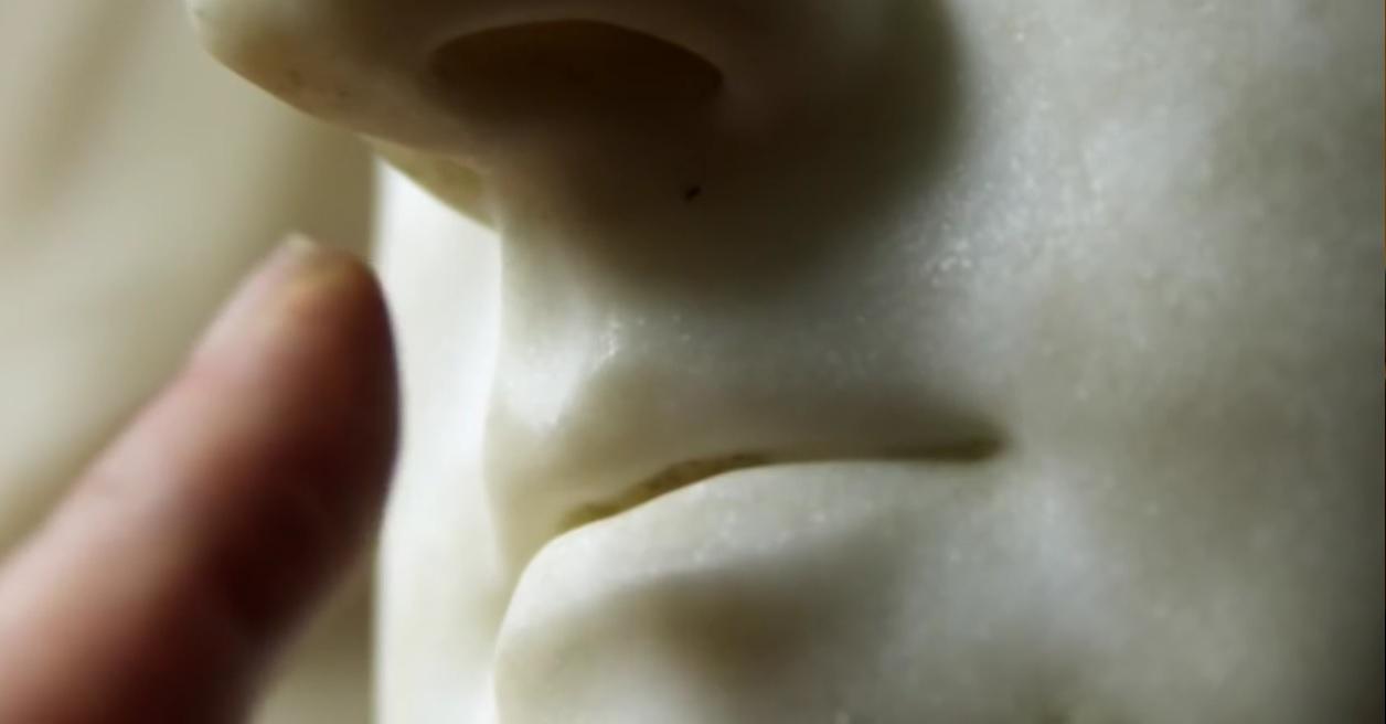udubljenje ispod nosa