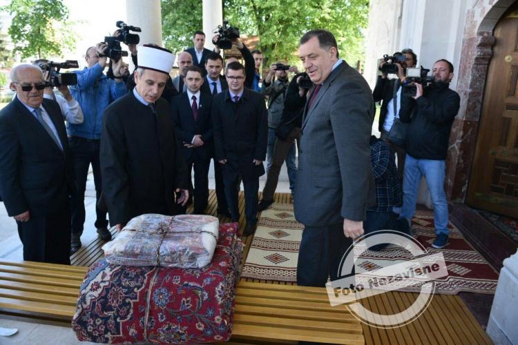 Dodik poklonio ćilime za novoizgrađenu Ferhadiju