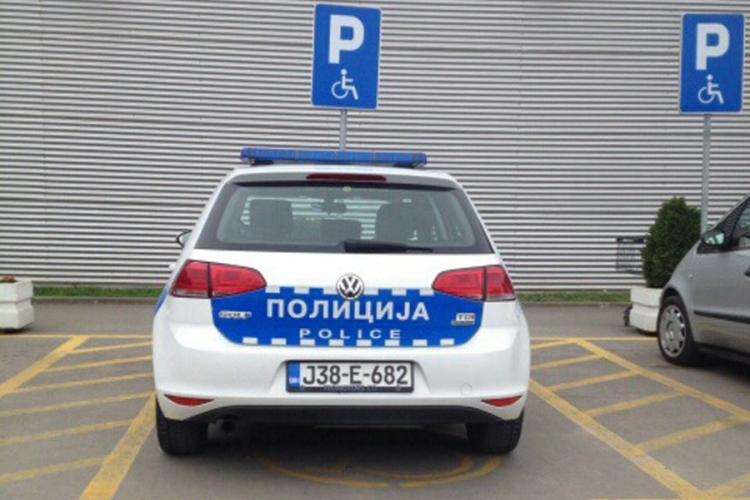 Kažnjen policajac koji je parkirao na mjesto za osobe s invaliditetom