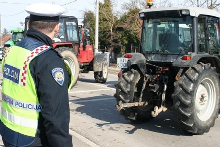 policija traktori