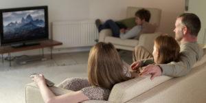 porodica gleda tv