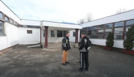 ucenici ispred skole