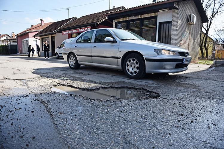 rupe na asfaltu