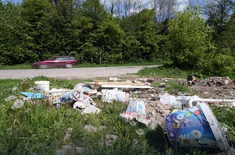 otpad pored puta