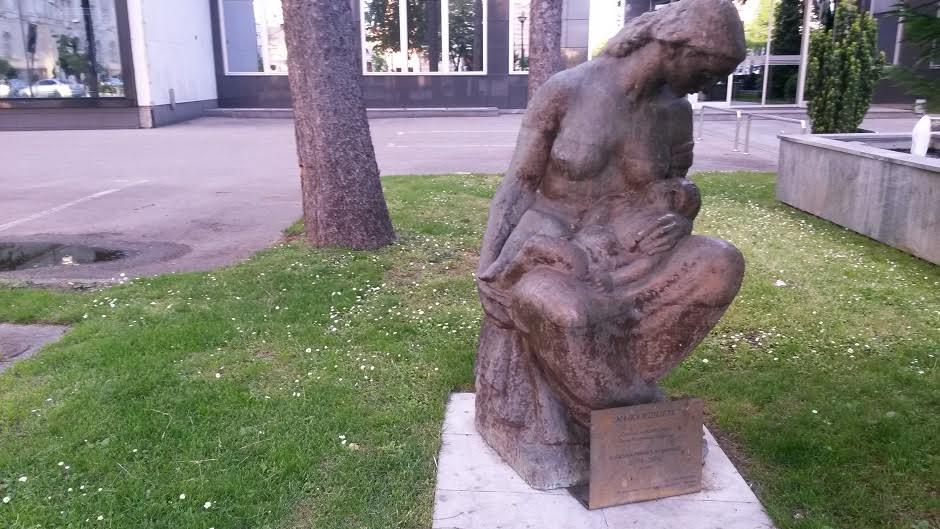 skulptura majka i dijete