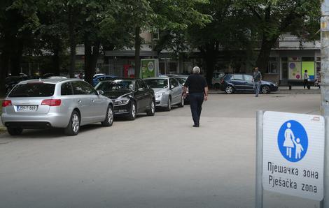 U Banjaluci ne mogu stati u kraj nesavjesnim vozačima: Vozila otjerali iz pješačke zone, pa ih preselili kod Pozorišta