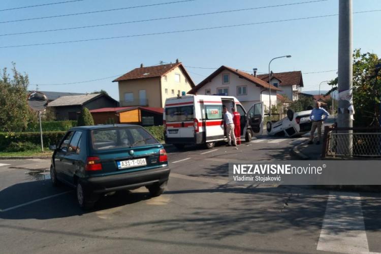SUDAR U LAZAREVU Auto završio na krovu, ima povrijeđenih