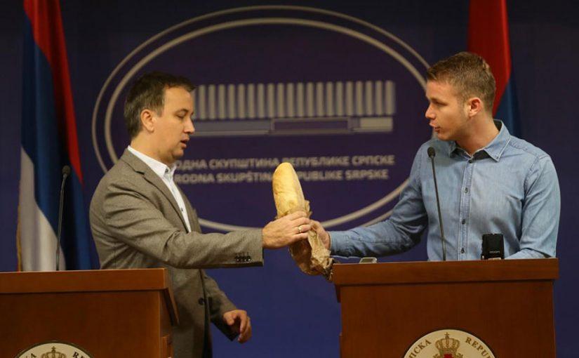 VANREDNA KONFERENCIJA ZA MEDIJE Draško Stanivuković donio bijeli hljeb u Narodnu skupštinu RS