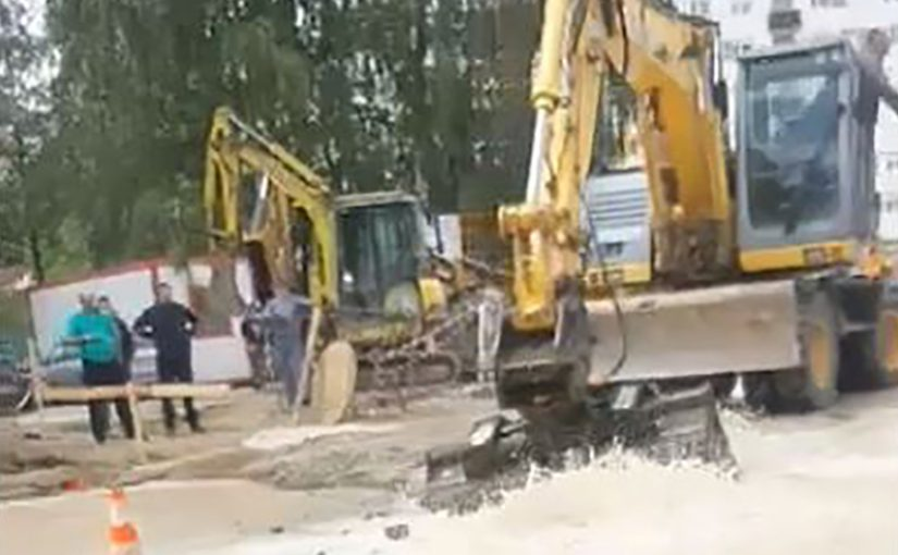 SAOBRAĆAJ DODATNO USPOREN: Bagerom probio cijev, voda po cesti