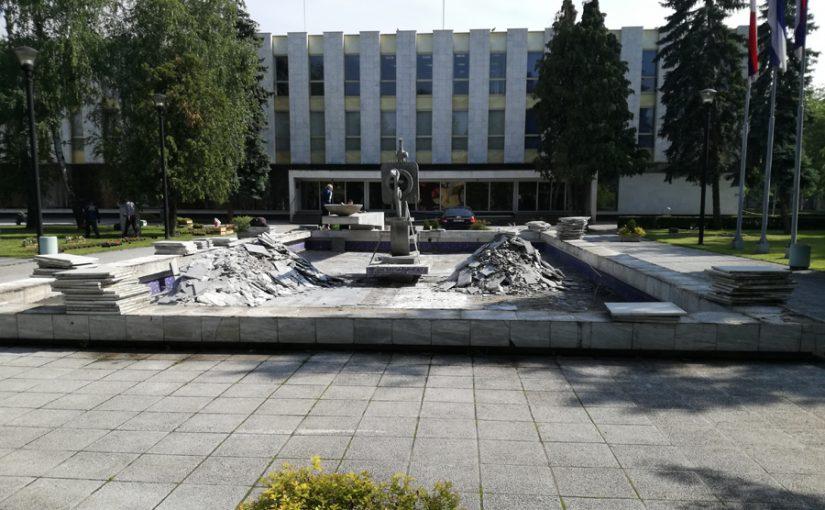 SPECIJALNI BETON UMJESTO STARIH PLOČA Uljepšavaju fontanu kod Narodne skupštine
