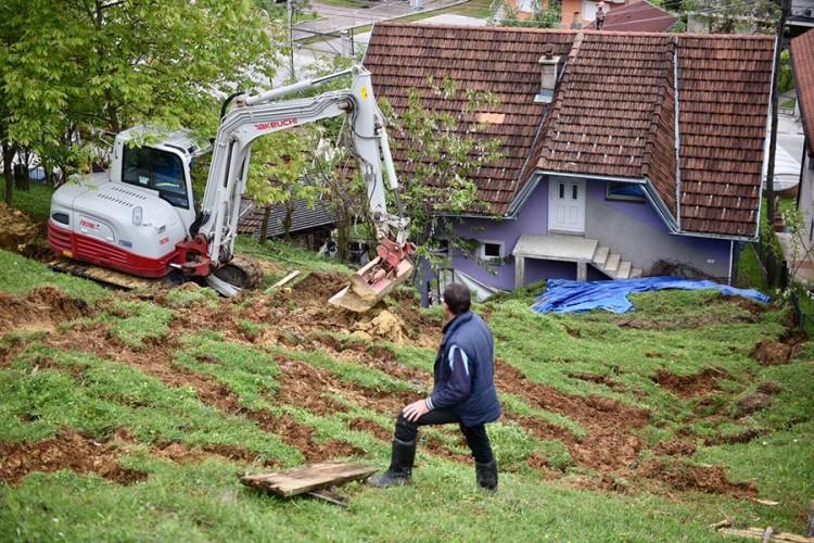 (FOTO) Banjalučkoj porodici klizište stiglo pred kućni prag