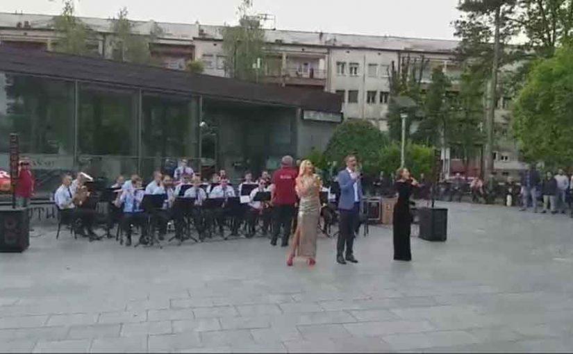 "(VIDEO) ORILO SE KRAJIŠKOM LJEPOTICOM Rusi usred Banjaluke zapjevali ""Pukni zoro"""