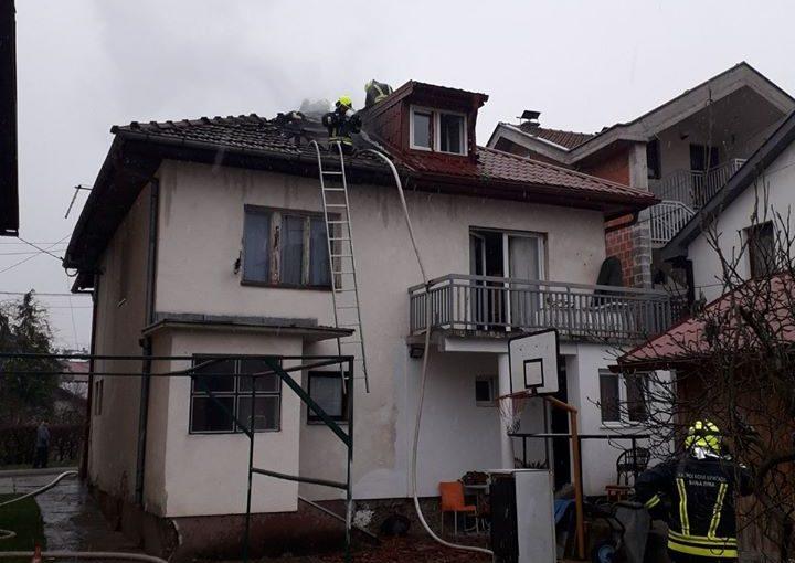 POŽAR NA STARČEVICI: Gori potkrovlje kuće, nema povrijeđenih
