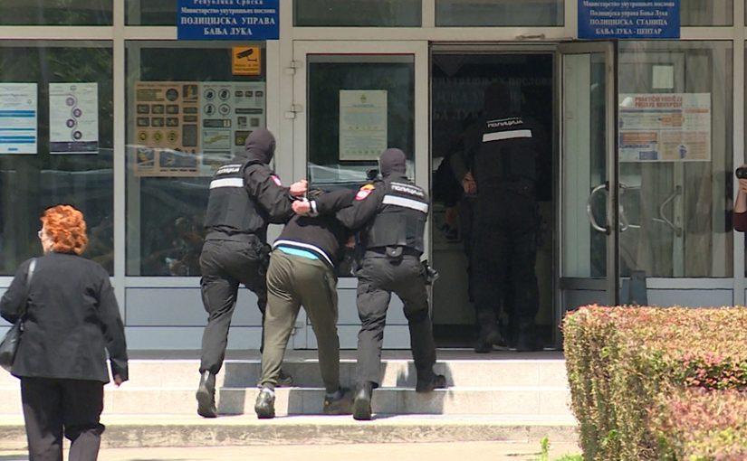 Ljubomorni Slovenac, u potrazi za djevojkom, razbio vrata svih soba u hostelu