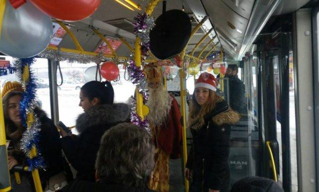 IDUĆE SEDMICE PRAZNIČNA VOŽNJA Sveti Nikola dijeli poklone u autobusu