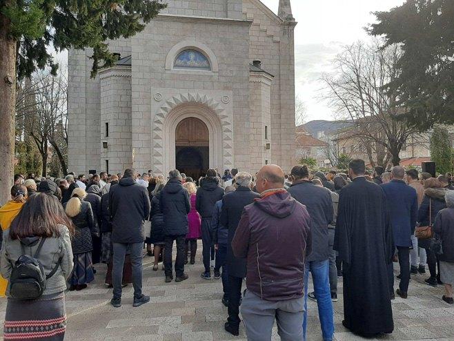 Opijelo episkopu Atanasiju ispred Sabornog hrama u Trebinju (FOTO)