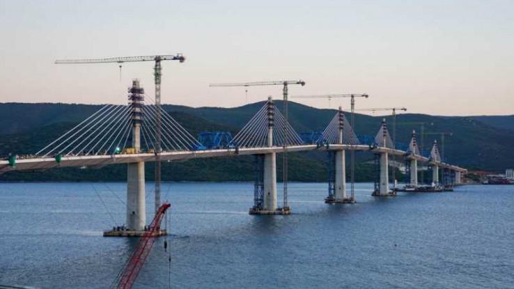 UOČI OTVARANJA: Završni radovi na spajanju Pelješkog mosta (FOTO)